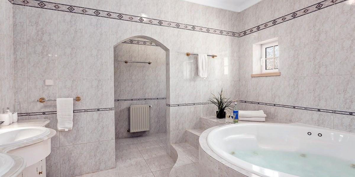Jacuzzi Bath In Large Holiday Villa Rental Vilamoura