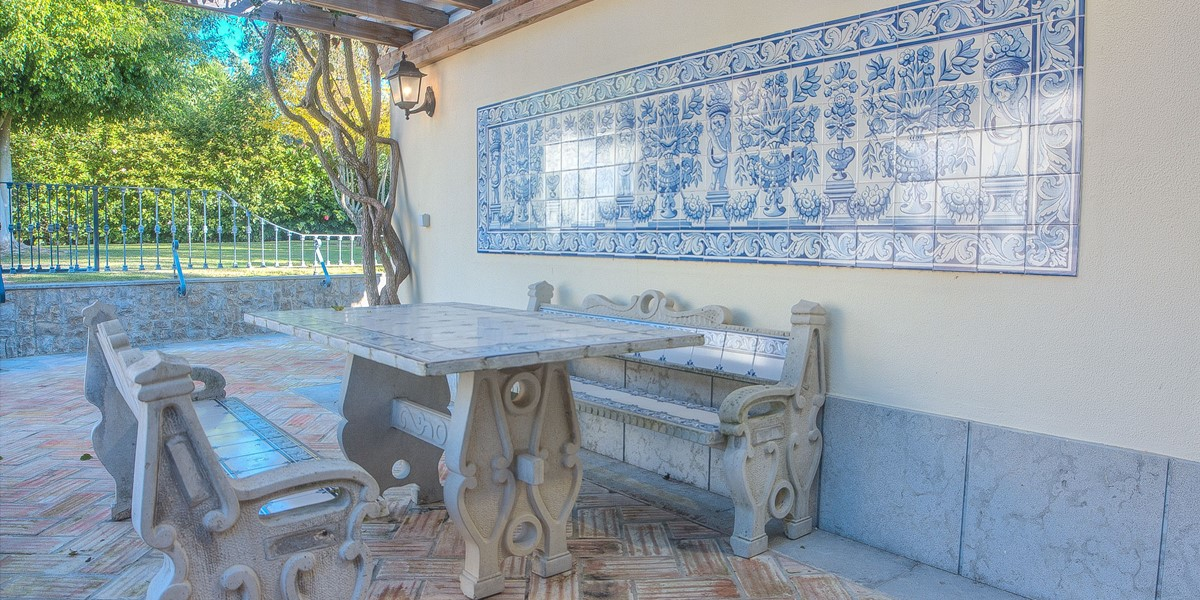 Traditional Features In This Large Holiday Villa In Algarve