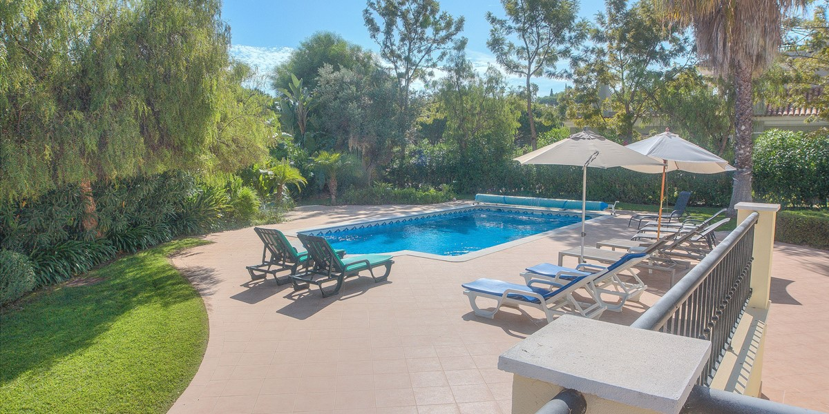 Private Mature Garden With Pool