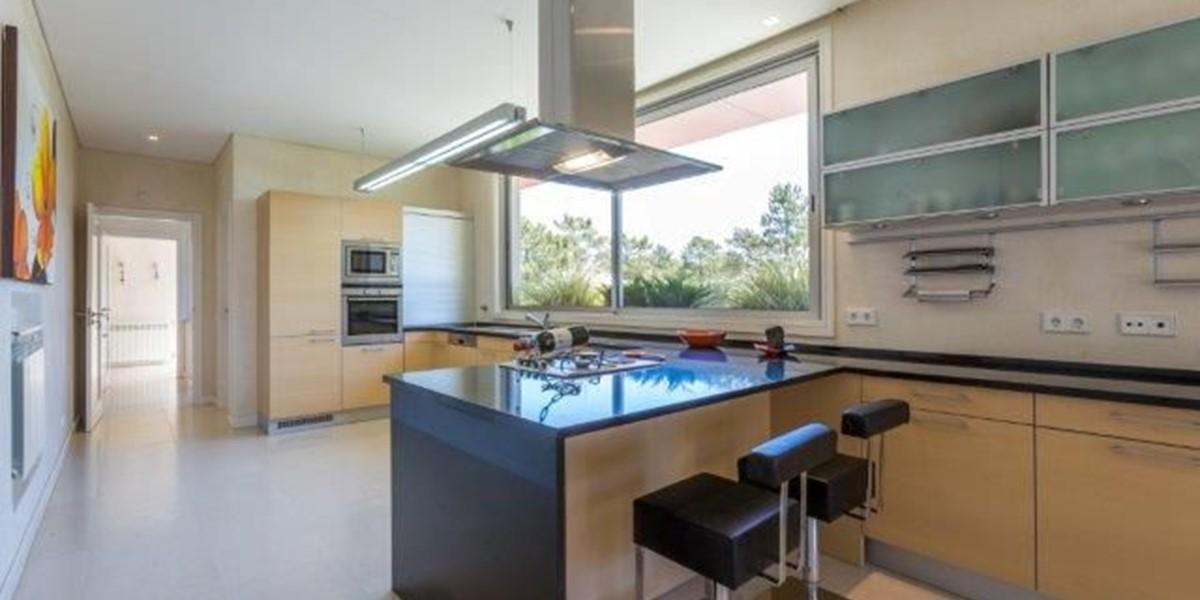 Luxury Kitchen With Breakfast Bar In Quinta Do Lago