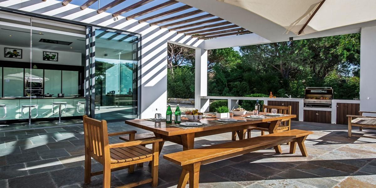Exterior Dining In Large Villa To Rent Algarve