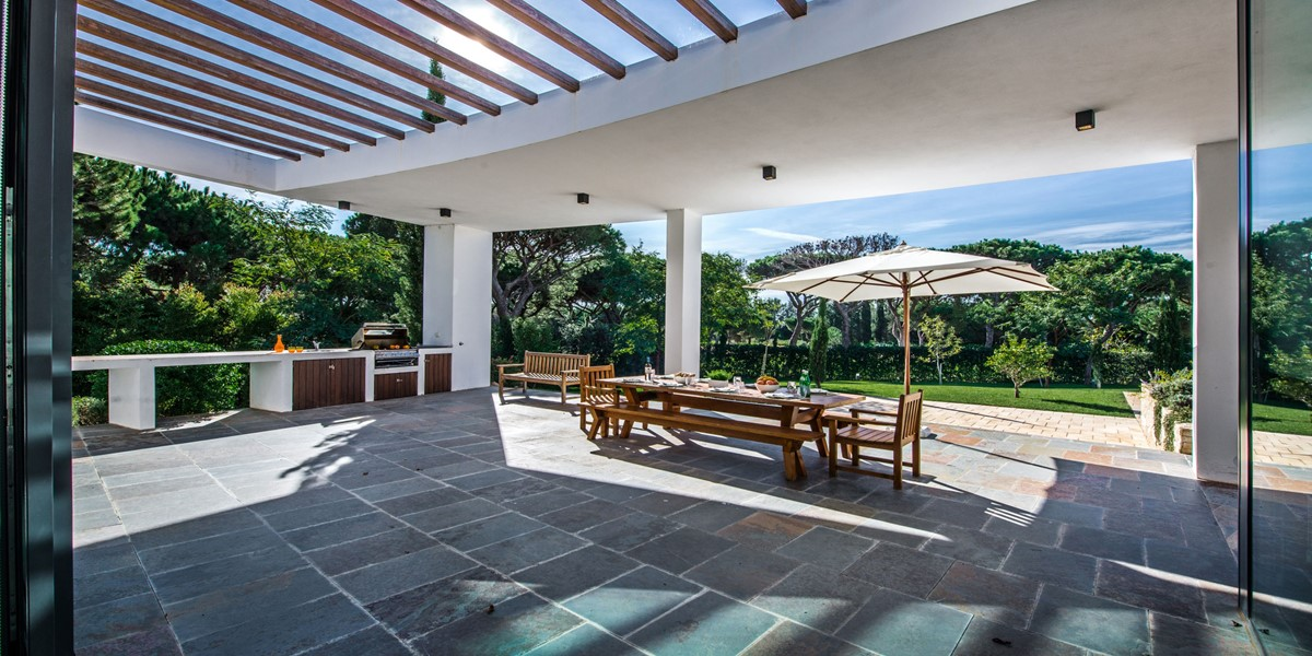 Outdoor Dining And Barbecue Area In Luxury Villa To Rent Vilamoura